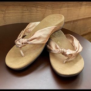 Vionic Pippa Thong Sandals Rose Gold size 8.